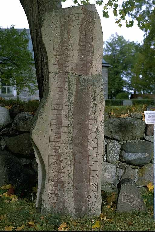 Runes written on runsten, jotnisk sandsten. Date: V